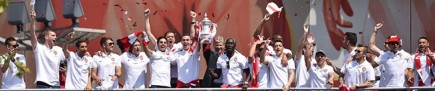 cropped-arsenal-players-celebrate-003.jpg