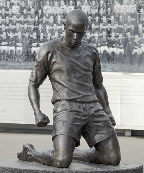 Thierry Henry Statue (1)